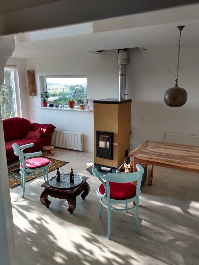 Deze leemkachel verwarmt zeer goed geïsoleerde woonruimte van ongeveer 60m2.